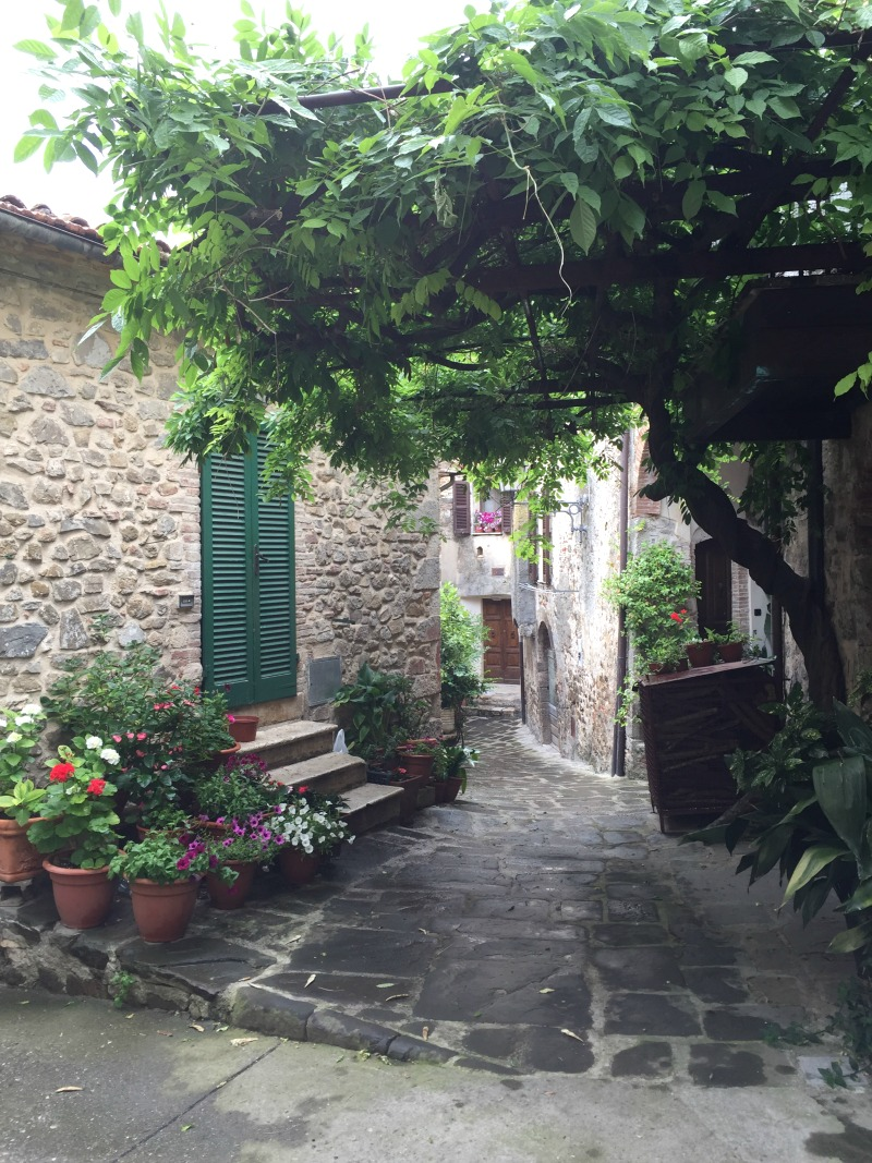 Alley in Montemerano | Maremma, Tuscany | BrowsingItaly.com